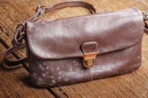 merawat tas kulit asli berjamur